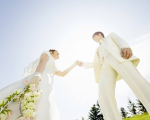 88270-dream-wedding-garden_wedding_photography_022_bride-and-bridegroom-holding-hands