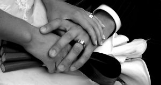 black-and-white-hands-with-wedding-rings_2579257