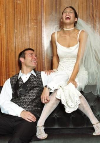 bride-groom-after-casual-bad-wall-vert