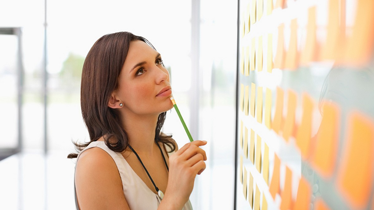 woman-with-pencil-planning-schedule